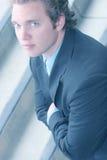 Hombre joven de ojos azules en juego y lazo imagen de archivo