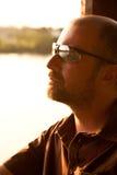 Hombre joven de OM del retrato en la puesta del sol Imágenes de archivo libres de regalías