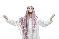 Hombre joven de religión musulmán que ruega Imágenes de archivo libres de regalías