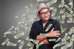 Hombre joven debajo de la lluvia del dinero imágenes de archivo libres de regalías