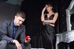 Hombre joven dejected que mira la caja del anillo Imagen de archivo