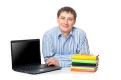 Hombre joven del adullt que se sienta con la computadora portátil Fotos de archivo