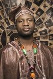 Hombre joven del afroamericano en africano tradicional Imágenes de archivo libres de regalías