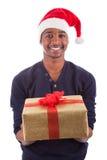 Hombre joven del afroamericano que ofrece un regalo Fotos de archivo libres de regalías