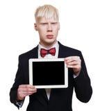Hombre joven del albino en traje con el ordenador portátil aislado Foto de archivo