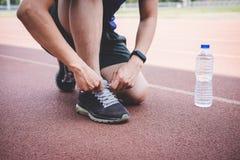 Hombre joven del atleta de la aptitud que corre en la pista del camino, la salud del entrenamiento del ejercicio y el corredor at imágenes de archivo libres de regalías