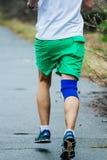 Hombre joven del atleta que corre abajo del camino en parque Fotografía de archivo libre de regalías