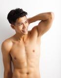 Hombre joven del deporte con el cuerpo perfecto de la aptitud Fotos de archivo libres de regalías