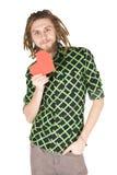 Hombre joven del dreadlock con el corazón de papel rojo aislado Imagen de archivo libre de regalías