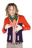 Hombre joven del dreadlock con el corazón de papel rojo aislado imagen de archivo