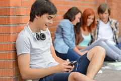 Hombre joven del estudiante que cuelga hacia fuera con los amigos Fotografía de archivo