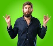 Hombre joven del inconformista con la barba y la camisa fotografía de archivo libre de regalías