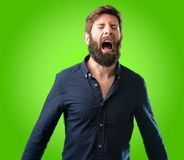 Hombre joven del inconformista con la barba y la camisa imagenes de archivo
