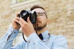 Hombre joven del inconformista con la cámara de la película en ciudad Imagenes de archivo