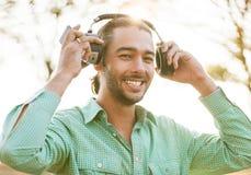 Hombre joven del inconformista que escucha la música Fotos de archivo