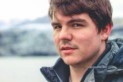 Hombre joven del inconformista que mira las montañas fotografía de archivo libre de regalías