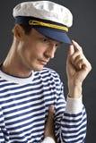 Hombre joven del marinero con el casquillo blanco Foto de archivo libre de regalías