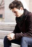 Hombre joven del muchacho que piensa en sus problemas Foto de archivo libre de regalías