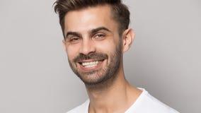 Hombre joven del retrato del primer con la sonrisa dentuda blanca imagenes de archivo