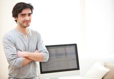 Hombre joven delante del ordenador Fotos de archivo libres de regalías