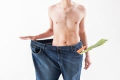 Hombre joven delgado que se pega a la dieta de la vitamina Imágenes de archivo libres de regalías