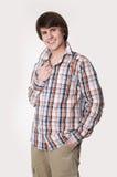 Hombre joven dentudo alegre en camisa comprobada y ropa de sport elegante Imagen de archivo libre de regalías