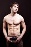 Hombre joven descamisado con el abdomen atractivo Foto de archivo libre de regalías