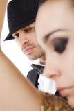 Hombre joven detrás de la silueta de la mujer fotografía de archivo libre de regalías