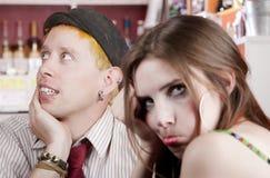 Hombre joven distraído y mujer aburrida fotografía de archivo