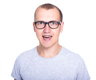 Hombre joven divertido en vidrios con los apoyos en los dientes aislados en pizca Fotografía de archivo libre de regalías