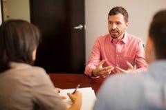 Hombre joven durante una entrevista de trabajo Fotos de archivo libres de regalías