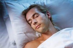 Hombre joven durmiente Fotografía de archivo libre de regalías