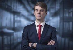 Hombre joven elegante confiado en un traje de negocios Imagen de archivo