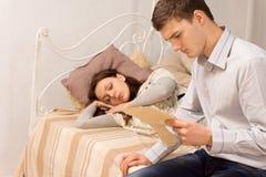 Hombre joven elegante en el dormitorio que lee una letra Imágenes de archivo libres de regalías