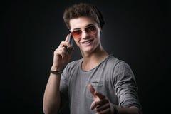 Hombre joven elegante en el teléfono Fotos de archivo libres de regalías