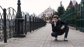 Hombre joven elegante en el terraplén de la ciudad Fotos de archivo libres de regalías