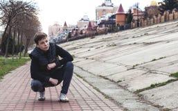 Hombre joven elegante en el terraplén de la ciudad Foto de archivo