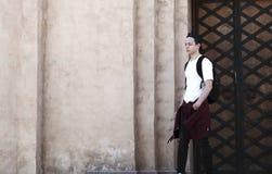 Hombre joven elegante que se opone a la pared Foto de archivo