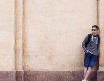 Hombre joven elegante que se opone a la pared Fotos de archivo