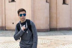 Hombre joven elegante que se opone a la pared Imagen de archivo libre de regalías