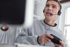 Hombre joven emocionado que juega a los juegos de ordenador Fotografía de archivo libre de regalías