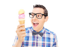 Hombre joven emocionado que sostiene un helado Fotos de archivo libres de regalías