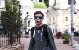 Hombre joven emocional en la calle de una ciudad grande Foto de archivo libre de regalías