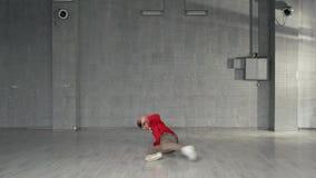 Hombre joven enérgico que realiza movimientos de la danza moderna almacen de video