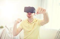 Hombre joven en auriculares de la realidad virtual o los vidrios 3d Imágenes de archivo libres de regalías