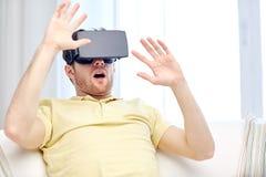 Hombre joven en auriculares de la realidad virtual o los vidrios 3d Imagenes de archivo