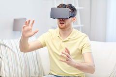 Hombre joven en auriculares de la realidad virtual o los vidrios 3d Fotos de archivo libres de regalías