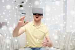 Hombre joven en auriculares de la realidad virtual o los vidrios 3d Imagen de archivo libre de regalías