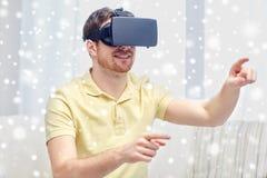 Hombre joven en auriculares de la realidad virtual o los vidrios 3d Imagen de archivo