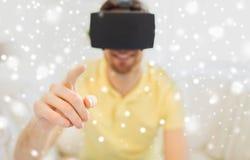 Hombre joven en auriculares de la realidad virtual o los vidrios 3d Fotografía de archivo